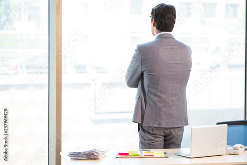 Fotografía  Young successful businessman working at the office