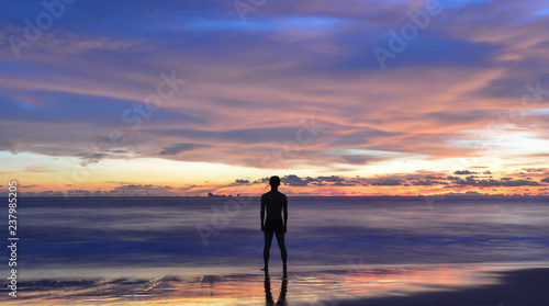 Fotografía silhouette of single Asian young man standing still on tropical beach during sunset, Lanta island, Krabi, Thailand