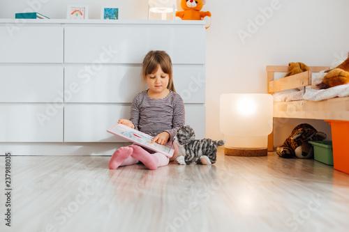 Fototapeta Little girl showing her drawing obraz na płótnie