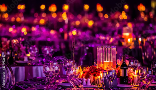 Fotografia  Pink and Purple Christmas Decor with candles and lamps for a large party or Gala