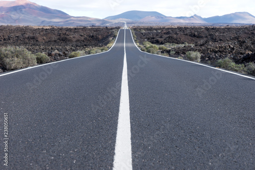 Fotografia  Endless highway through the volcanic landscape
