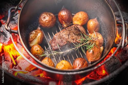 炭火でダッジオーブン Cooking in a Dutch oven