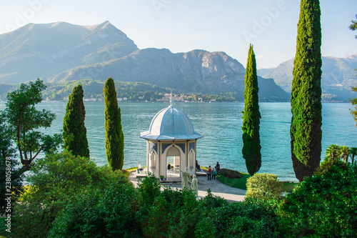 Photographie Beautiful gardens looking over Lake Como