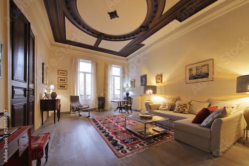 salon appartement ancien rénové hauts plafonds – kaufen Sie ...