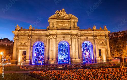 Fototapeta premium Puerta de Alcalá w Madrycie oświetlony na Boże Narodzenie