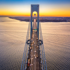 Panel Szklany Podświetlane Mosty Aerial view of the evening rush hour traffic on Verrazzano Narrows Bridge, as viewed from Brooklyn, NY