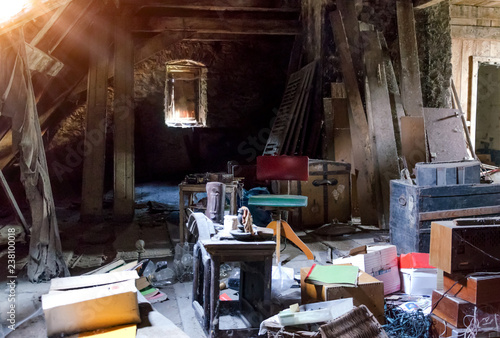 Fototapeta Alter Dachboden Speicher mit Gerümpel und Sperrmüll
