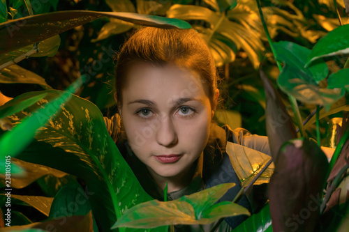 Fotografia, Obraz  girl sneaks among tropical vegetation