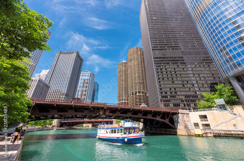 In de dag Centraal-Amerika Landen Chicago downtown and Chicago River with bridge and with tourist ship during sunny day, Chicago, Illinois.