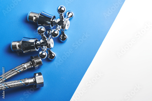 Pinturas sobre lienzo  Plumbing parts, accessories and tools on a blue white background.