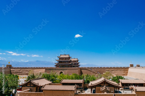 Cadres-photo bureau Muraille de Chine Gate tower building and city walls over local houses, under clear blue sky, at Jiayu Pass, in Jiayuguan, Gansu, China