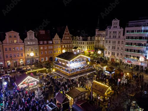 Fényképezés Wieczorny widok z powietrza na jarmark bożonarodzeniowy na rynku