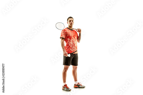 Photo Young man badminton player standing over white studio background