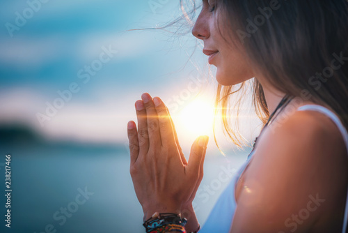 Fotografia Meditating. Close Up Female Hands Prayer