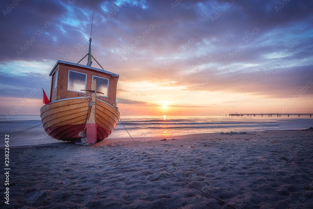 Fototapety, obrazy: Fischerboot am Strand von Ahlbeck auf Usedom an einem frühen morgen im Sommer