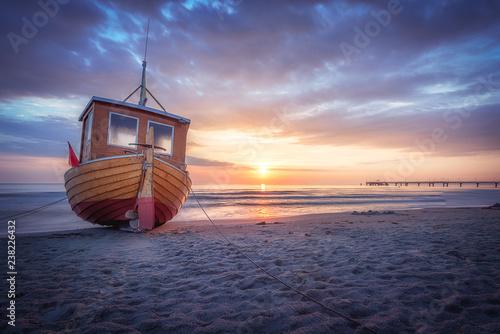 Obraz Fischerboot am Strand von Ahlbeck auf Usedom an einem frühen morgen im Sommer - fototapety do salonu