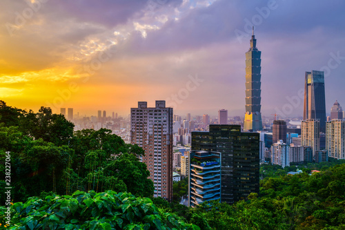 Spoed Foto op Canvas Stad gebouw Taipei city skyline and downtown buildings with skyscraper at Twilight time in Taiwan