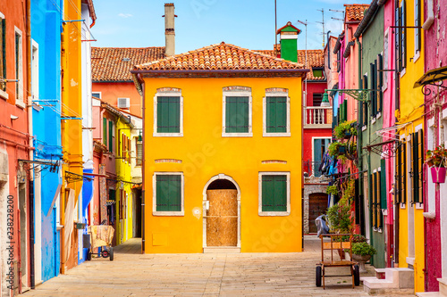 Papiers peints Con. ancienne Beautiful vibrant colorful houses in Burano, near Venice in Italy.