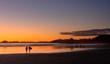 Ein Liebespaar genießt den Sonnenuntergang an einem Strand auf Vancouver Island