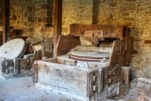 Antiche Macine In Pietra In Un Vecchio Mulino Ad Acqua