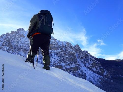 Alpinisita Fa Trekking Su Neve Con Sfondo Di Montagne Innevate E