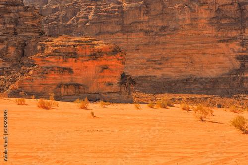 Montage in der Fensternische Rotglühen Wadi Rum, Jordan. Rocks and sand dunes. Middle East