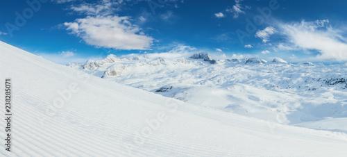 Pinturas sobre lienzo  Beautiful panoramic winter landscape with piste