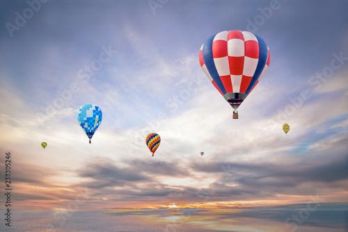 Poster Montgolfière / Dirigeable 朝日の空をフライトする数機の熱気球。夢、ノンビリ,スローイメージ