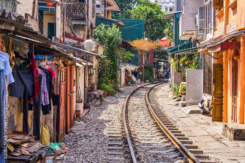 Foto  Hanoi city railway Perspective view running along narrow street with houses in V