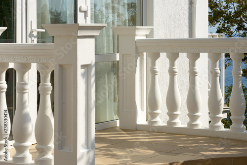 Photo White concrete balustrade of small entrance porch.