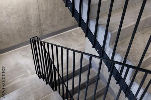 elegancka-czarna-stalowa-szyna-na-betonie