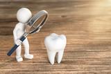 3D Illustration weißes Männchen mit Lupe und Zahn