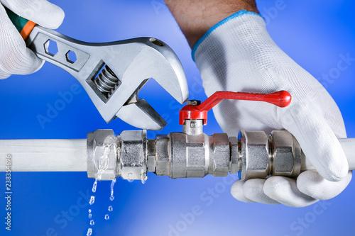Fotografía  Hands plumber at work in a bathroom, plumbing repair service