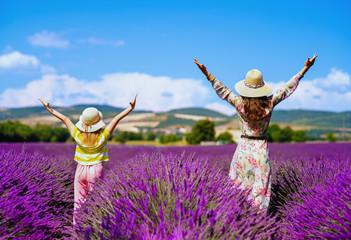 matka i córka w lawendowym polu radości