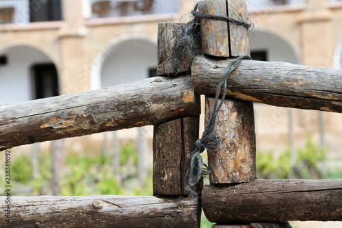 Fotografía  Palos de madera atados para hacer valla