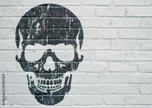 Art urbain. Tête de mort sur un mur © brimeux