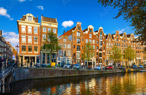 Photo  Amsterdam Netherlands. Traditional brown house at coast channel