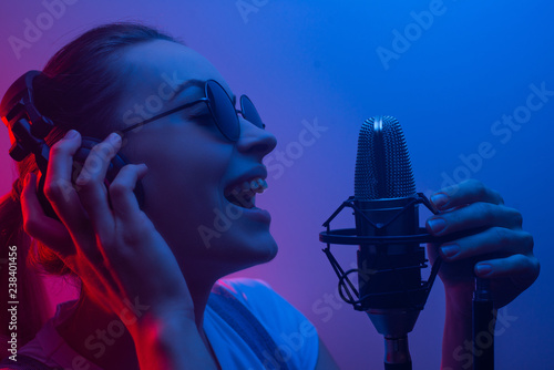 Fotografía  Young beautiful girl writes vocals, show business, DJ, get-together, pop music