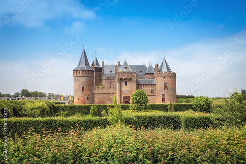 Photographie  View of the Muiden Castle national museum from the garden in summer