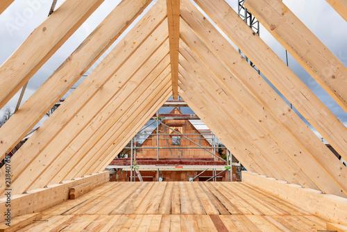 Cuadros en Lienzo Dachstuhl auf einem Rohbau von einem Einfamilienhaus