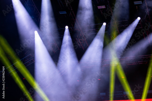 Plakat Światła koncertowe, scena, show i emocje. Lekkie plamy na koncercie, plenerowa scena w nocy, mglista elektryczność.