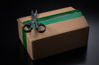 Sicherheitsband bei Paket im Onlineshopping - Öffnen mit Schere