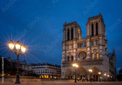 Foto  Notre Dame de Paris Cathedral after the sunset, most beautiful Cathedral in Paris