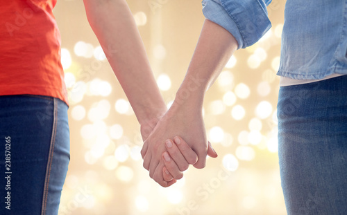 Fotografía  gay, lgbt and homosexuality concept - close up of happy lesbian couple holding h