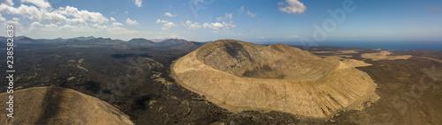 Fotografia, Obraz Vista aerea di  Timanfaya, parco nazionale, Caldera Blanca, vista panoramica di vulcani, montagne, vigneti, terreno, natura selvaggia, Lanzarote, Isole Canarie, Spagna