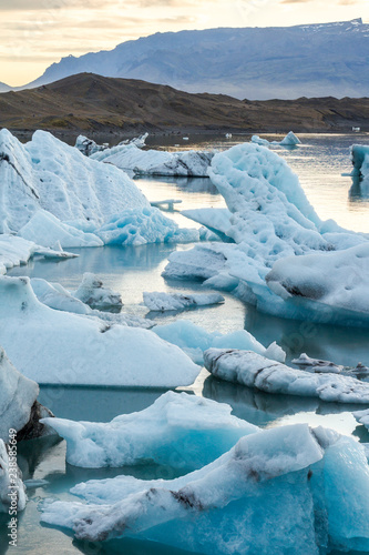 Photo Eisbergs in glacier lagoon Jokulsarlon before sunset, Iceland