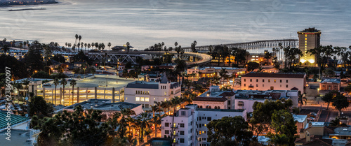 Photo  Sleepy town of Ventura nestled against the Pacific ocean just beginning to wake up to the morning lights of dawn