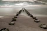 Fototapeta Fototapety z morzem do Twojej sypialni - drewniany falochron na wybrzeżu morskim