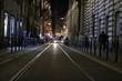 Fotografia urbana - la strada della città illuminata dalle luci delle auto