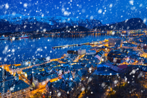 Foto auf Gartenposter Skandinavien Alesund town on a cold winter night with falling snow, Norway